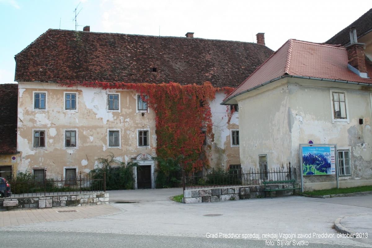 grad-preddvor-spredaj-okt-2013